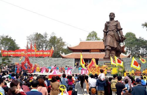 Vi vu cùng những lễ hội ngày Tết rộn ràng ngay cạnh Hà Nội
