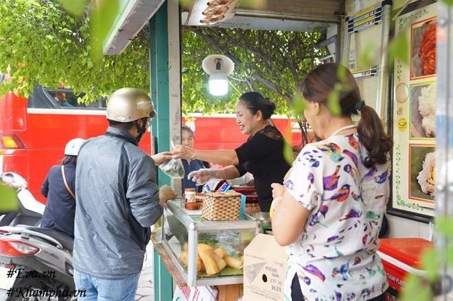 Bánh khúc nổi tiếng Hà Nội chỉ 13 nghìn/chiếc, ăn từ sáng no tới trưa, mỗi ngày bán hàng nghìn chiếc