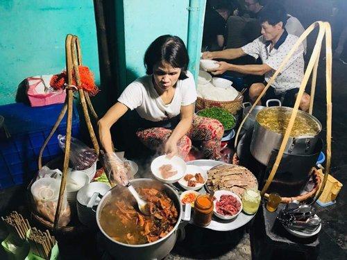 Gánh phở giữa đêm khách phải xếp hàng chờ ở Hà Nội