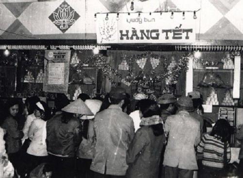 Khung cảnh xếp hàng mậu dịch ở Hà Nội những năm 1960 - 1970 khi mua bán túi đồ Tết.