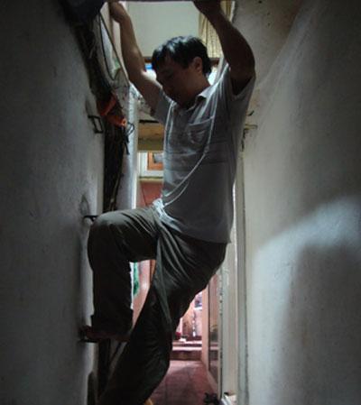 Cầu thang dẫn lên căn gác xép của vợ chồng bà Kim Nga (20 Hàng Bè). Mỗi lần muốn lên căn gác xép, người trong nhà phải khom lưng, cúi đầu bò vào