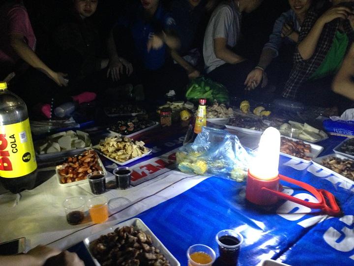 8h tối bữa tiệc bắt đầu, mọi người cùng nhau ăn uống vui chơi bên bếp lửa