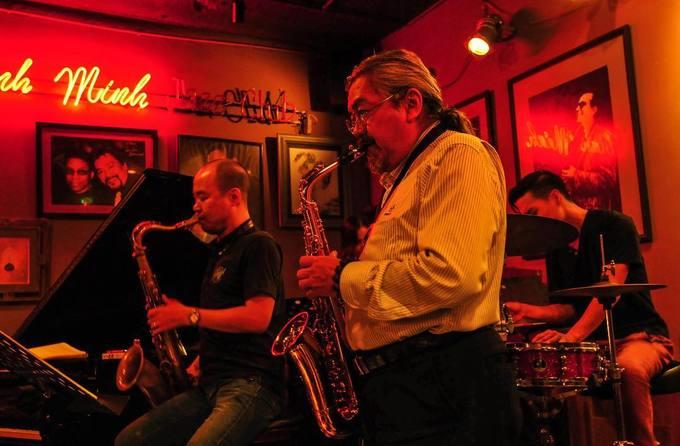 22h: Các quán bar chơi nhạc Jazz  Nhạc Jazz, các ly cocktail và màn đêm dường như là những yếu tố không thể tách rời nhau. Đắm mình trong những bản Jazz ở một nước Đông Nam Á chắc chắn sẽ là trải nghiệm khó quên với du khách nước ngoài khi đến Việt Nam. Hà Nội có khá nhiều bar chơi loại âm nhạc này, tập trung ở khu phố cổ với chủ đề thay đổi theo ngày. Thời gian biểu diễn từ 21h đến 23h30.