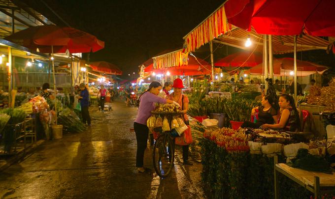 3h30: Tham quan chợ hoa đêm  Các chợ hoa đầu mối ở Hà Nội họp từ rất sớm. Từ 2h sáng, các khu chợ đã sáng đèn với tiếng xe, tiếng người mua kẻ bán lao xao cả một vùng. Các khu chợ trở nên nhộn nhịp nhất vào lúc 3h sáng, khi cả những người bán buôn và bán lẻ hoa cùng tìm đến đây để nhập hàng. Vì là chợ đầu mối nên ở đây có rất nhiều loại hoa độc lạ và hoa theo mùa. Chợ Quảng Bá thu hút nhiều du khách bởi khoảng cách từ khu phố cổ đến đây tương đối gần. Những buổi chợ này vãn dần sau 5h sáng, khi những tiểu thương đưa những bông hoa len lỏi vào khắp phố phường Hà Nội trước khi thành phố thức giấc.