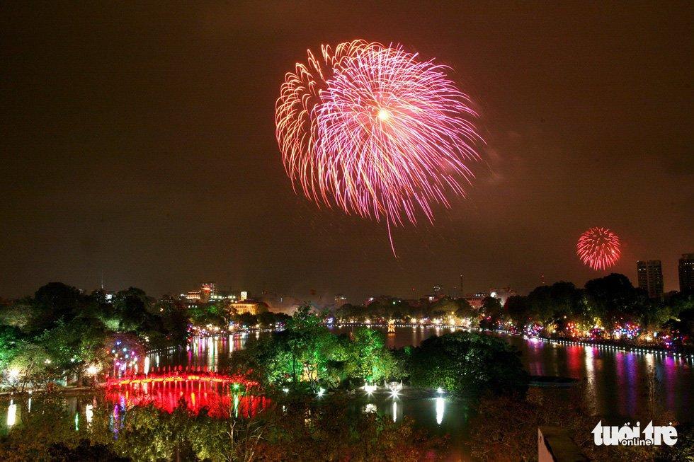 Bắn pháo hoa ở hồ Gươm - Ảnh: GIA TIẾN