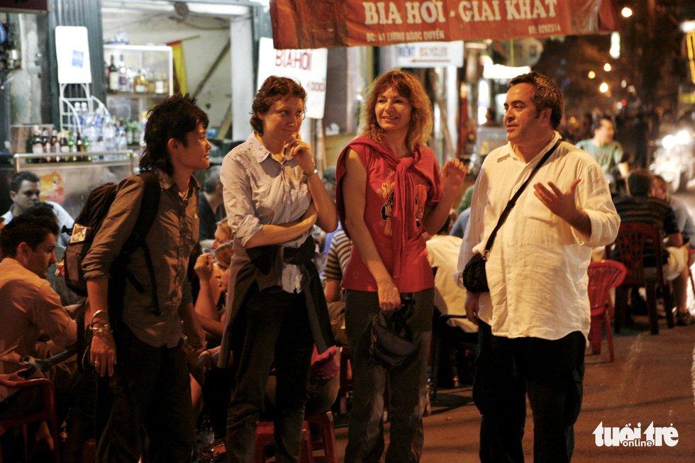 Du khách nước ngoài ở phố bia Tạ Hiện - Ảnh: GIA TIẾN