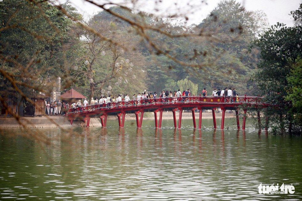 Cầu Thê Húc dẫn vào đền Ngọc Sơn ở hồ Gươm - Ảnh: GIA TIẾN