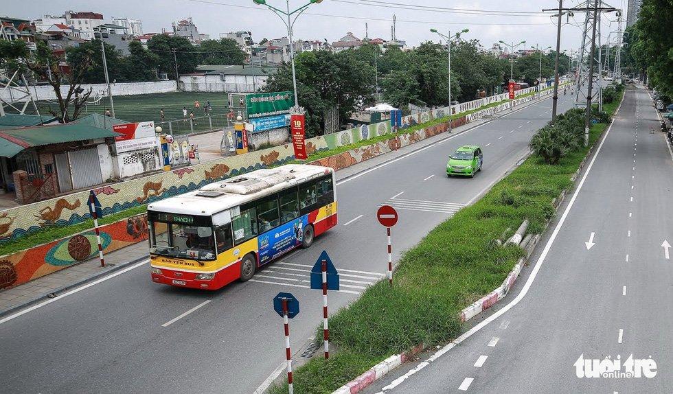 Con đường gốm sứ dài gần 4km trên đường Hồng Hà, ven sông Hồng - Ảnh: NAM TRẦN