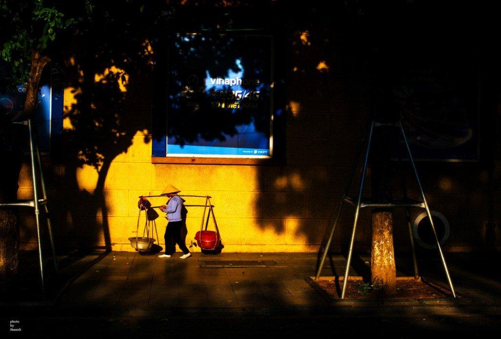 Hình ảnh những gánh hàng rong nổi bật dưới vệt nắng vàng cuối chiều làm lay động bao xúc cảm, lúc này ta mới thấm được trọn vẹn sự vất vả của cuộc sống mưu sinh giữa thành phố xô bồ.