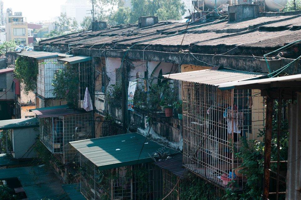 Những khu tập thể san sát, chồng chéo nhau ngày nay không còn xuất hiện nhiều ở Hà Nội. Đến một ngày nào đó, khu nhà cũ này sẽ xuống cấp, được thay thế bởi các tòa nhà hiện đại, mới mẻ hơn. Người ta chỉ có thể hoài niệm về bóng dáng Hà Nội thời bao cấp qua những bức ảnh.