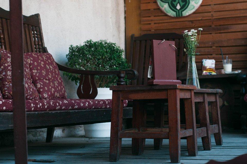 Bộ bàn ghế từ thời ông bà, chiếc đệm ngồi họa tiết vintage thường thấy vào thập niên 80, 90, nay chỉ còn xót lại ở một vài ngôi nhà cũ gìn giữ nếp sống xưa, hay những quán cà phê mang phong cách cổ kính.