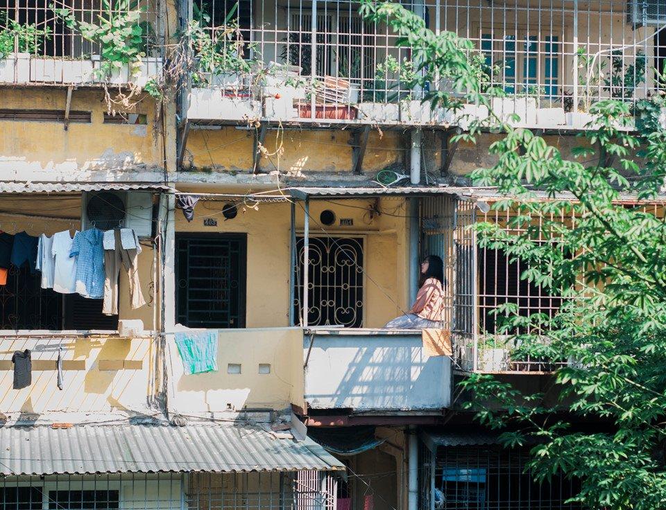 Một người không sinh ra và lớn lên ở Hà Nội như tôi, nhưng gắn bó với mảnh đất này trong một thời gian khá dài, cũng cảm thấy mọi ngóc ngách nơi đây đều thân thuộc. Những góc phố lạ, địa điểm mới mẻ ở Hà Nội dù chưa từng đặt chân đến, nhưng tôi vẫn cảm thấy an yên mỗi khi ghé tới.