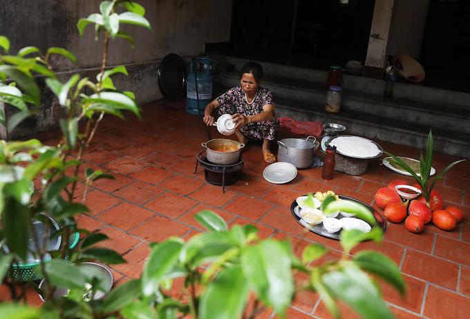 Loại gạo nếp làm chè lam thường là nếp cái hoa vàng, sau đó được rang và nghiền thành bột. Với món chè truyền thống thì công đoạn nấu chè khá đơn giản, nước lọc, đường, gừng giã nhỏ, nấu sôi sau đó cho bột gạo nếp vào đảo đều khi nguyên liệu sền sệt là bắc ra.