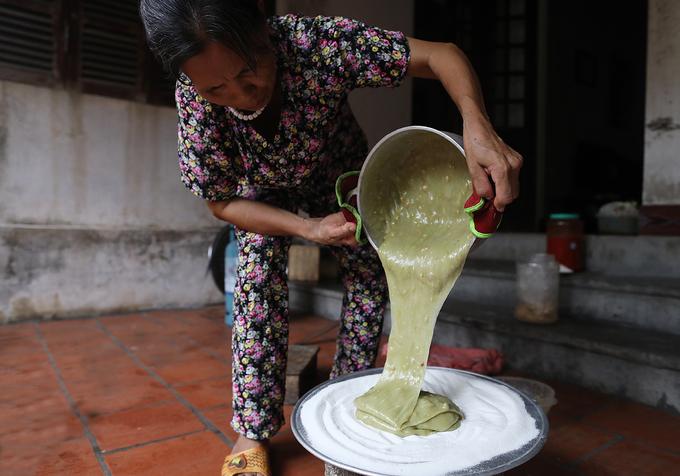 Chè đưa vào khay có trải bột gạo tẻ để chè không bị dính vào khay, cũng như để dậy mùi thơm mỗi khi ăn. Với món chè lam lá nếp, người nấu phải giã nhỏ lọc nước chưng cất để tạo màu xanh. Chè lam gấc (màu đỏ) cũng vậy, tất cả đều được làm chín trước khi đưa vào nấu. Mỗi nồi chè dù lớn hay nhỏ quá trình nấu chỉ diễn ra chưa đầy 10 phút.