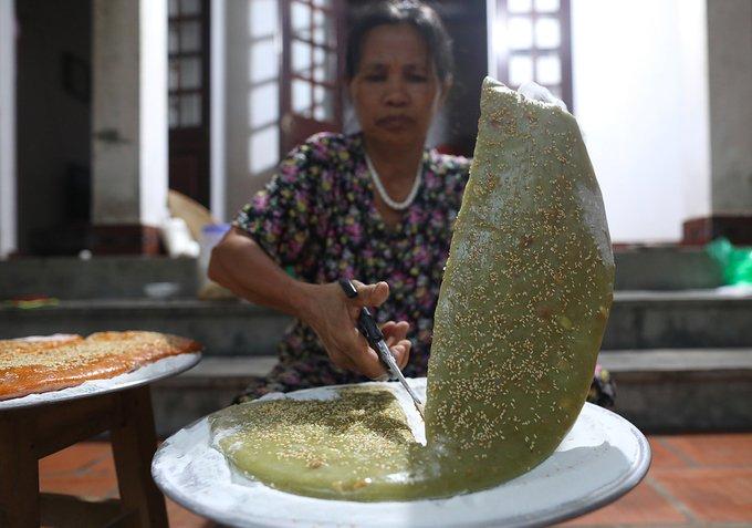 Hàng ngày người dân ở đây thường dây dựng 5h sáng để nấu những mẻ chè nóng hổi phục vụ du khách. Thông thường chè nấu xong chỉ để được 3-5 ngày.