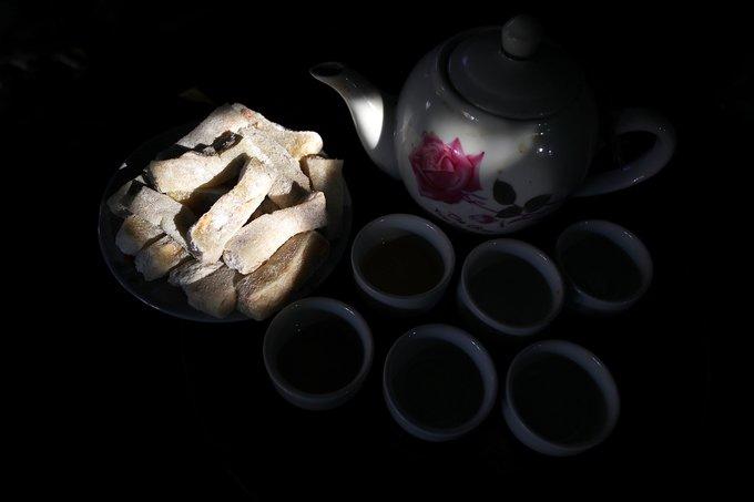 Chè lam ngon nhất khi thưởng thức vào những ngày gió heo may, gió bấc bên chén trà xanh nóng thơm phức.  Ông Hùng (chủ ngôi nhà cổ 5 gian nguyên vẹn tuổi đời gần 400) cho biết: