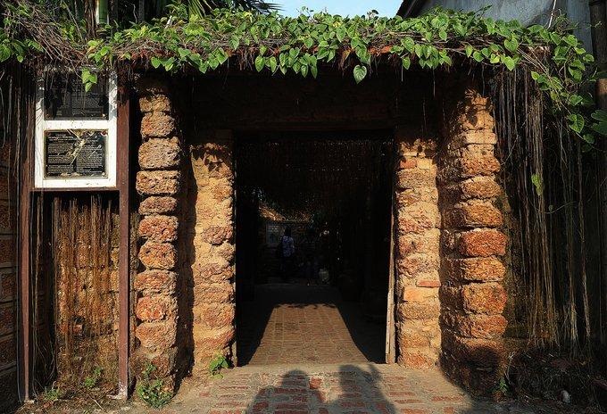 Làng cổ Đường Lâm (Sơn Tây, Hà Nội) là ngôi làng thuần Việt tối cổ, một trong những cái nôi của dân tộc Việt. Làng có 956 ngôi nhà cổ, trong đó có căn được xây dựng từ những năm 1649, 1703, 1850... Những ngôi nhà cổ đều được làm từ các vật liệu truyền thống: đá ong, gỗ xoan, tre, gạch đất nung, ngói với kiến trúc 5 gian hoặc 7 gian.  Trong số này phải kể đến ngôi nhà của gia đình ông Nguyễn Văn Hùng đã được tổ chức Unesco công nhận là ngôi nhà được giữ nguyên trạng nhất ở làng cổ Đường Lâm với tuổi đời 369 năm.