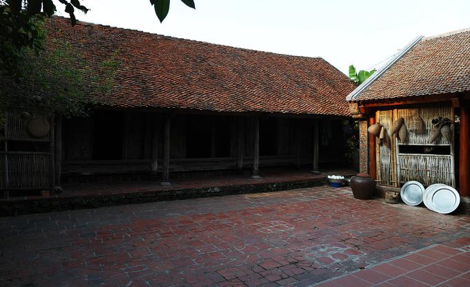 Nhà nằm trên diện tích chừng 100 m2 với chiều dài 14,5, rộng hơn 7m, xây theo kiến trúc 5 gian. Ba gian giữa thờ cúng tổ tiên, 2 gian ngoài hai bên để ở.
