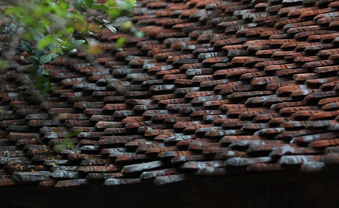 Phần ngói của ngôi (thường gọi là ngói ta, ngói mũi) được xếp thành nhiều lượt dày tới 20cm, tạo sự thông thoáng mát mẻ, bảo vệ phần gỗ tường và cột. Thông thường phải sau 15 năm chủ mới phải đảo ngói một lần để kiểm tra và thay thế những viên ngói nứt. Ngói thay thế mua lại của những hộ gia đình trong làng có ngói bỏ đi.