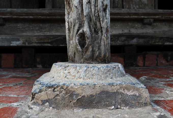 Trong và ngoài nhà có nhiều trụ cắt gọt thủ công bằng đá xanh, là cốt chính đỡ trụ của ngôi nhà.  Năm 2008, sau khi làng Đường Lâm được công nhận di tích cấp Quốc gia, ngôi nhà được tổ chức Jica (Nhật Bản) lần đầu bảo tồn trùng tu. Toàn bộ phần kết cấu của ngôi nhà vãn giữ nguyên, những phần xuống cấp được phục chế bằng cách cấy thêm chất liệu kết dính vào cho vững chắc.