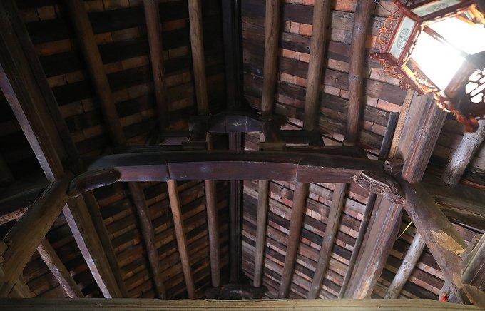 Phần vỉ kèo, mái nhà còn được giữ nguyên trạng.