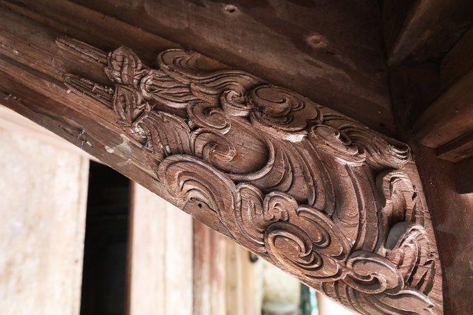 Đầu những thanh xà trên mái được chạm khắc.