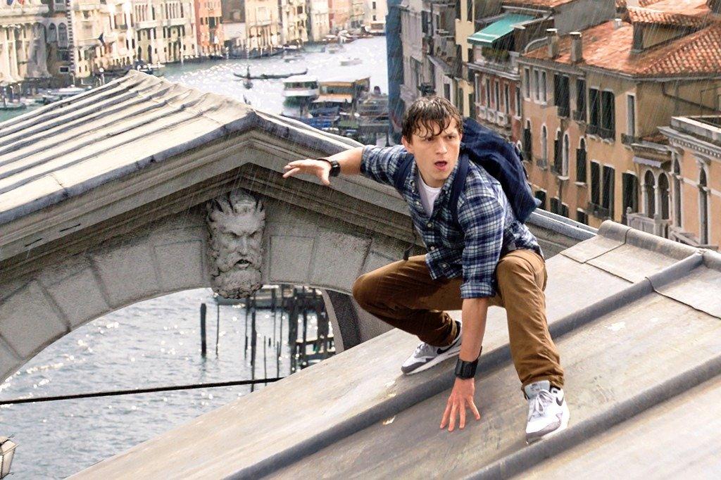 Lượng khách du lịch ngày một nhiều khiến cư dân ở Venice (Italy) cảm thấy khó chịu. Họ đổ lỗi cho khách du lịch, tàu thuyền vì sự gia tăng ô nhiễm trong thành phố. Ủy ban Di sản Thế giới của UNESCO cũng bày tỏ quan ngại về tác động xấu của lượng khách du lịch khổng lồ đến nhiều di tích lịch sử. Venice hiện đã ban hành nhiều lệnh cấm để giữ gìn sự yên bình của thành phố. Theo CNN, một số khách sạn mới thậm chí còn bị giới hạn số lượng phòng. Ảnh: NY Post.