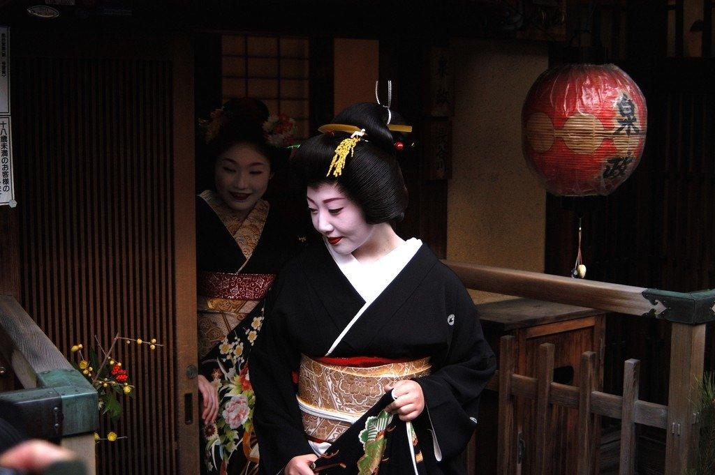Cố đô Kyoto (Nhật Bản) thu hút khách du lịch nhờ vẻ đẹp cổ kính vượt thời gian. Nhiều du khách cũng tới đây để chiêm ngưỡng geisha và maiko (người học việc). Điều này đã gây nên những hệ quả khó lường. Du khách thường đuổi theo chụp ảnh, trêu chọc các geisha khiến những người này cảm thấy sợ hãi khi hành nghề. Để chấm dứt tình trạng này, chính quyền địa phương đã ra thông báo phạt 92 USD cho hành vi tự ý chụp ảnh geisha không xin phép. Quy định này cũng áp dụng cho hành vi chụp ảnh nhà riêng của người dân. Ảnh: CNN.