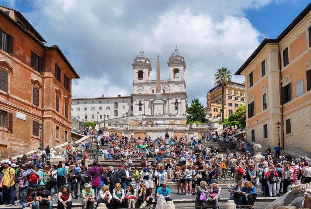 Bậc thang Tây Ban Nha (Rome, Italy) trở nên nổi tiếng từ năm 1953 sau bộ phim Roman Holiday của Audrey Hepburn. Địa danh này nhanh chóng bị khách du lịch