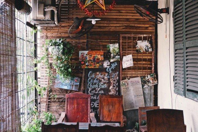 Cư Xá là quán cà phê nằm trên tầng 2 của khu tập thể A11 Khương Thượng, Tôn Thất Tùng. Khu tập thể trước đây là nơi ở của hai chị em sinh đôi, cũng là chủ quán hiện tại. Sau khi quay trở về, họ đã mở quán cà phê trong chính ngôi nhà mang nhiều kỷ niệm.  Hầu hết thiết kế của khu nhà như cửa sổ, gạch ốp sàn đều được giữ nguyên vẹn. Quán có nhiều món đồ trang trí đã cũ, giúp tái hiện góc tuổi thơ của thế hệ sinh vào những năm 1980, 1990.