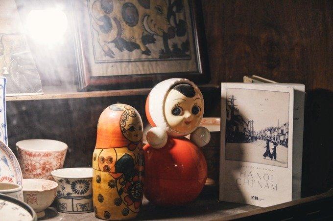 Nhà còn giữ một số đồ dùng trước đây của gia đình. Ở bất kỳ góc nào, du khách cũng có thể tìm thấy những món đồ chơi, sách báo, đồ gia dụng mang dấu ấn tuổi thơ.
