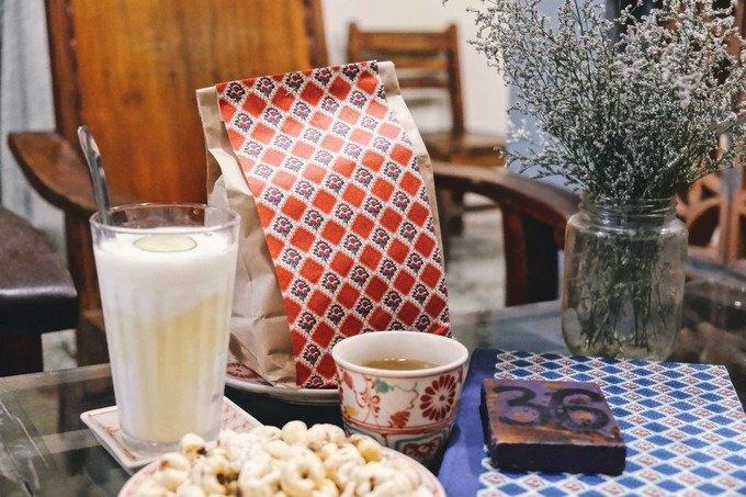 Các loại cốc, chén và đĩa dành cho khách đều được mua mới. Tuy nhiên, chúng vẫn mang hoa văn, kiểu dáng cũ.  Đồ uống và đồ ăn vặt của quán có giá dao động từ 10.000 đến 50.000 đồng. Trong đó, loại đồ uống được nhiều khách yêu thích là trà đào cam sả.
