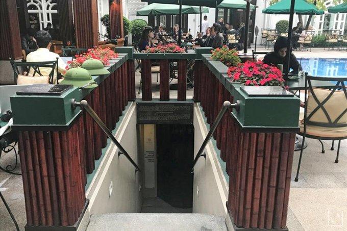 Căn hầm trú bom nằm bên cạnh bể bơi của khách sạn.