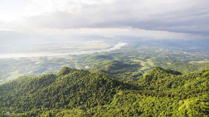Vườn quốc gia Ba Vì cách Hà Nội khoảng 60 km về phía tây, rộng gần 11.000 ha. Nơi đây có hệ động thực vật phong phú và đa dạng, phù hợp để nghỉ dưỡng hoặc khám phá cho nhiều lứa tuổi.