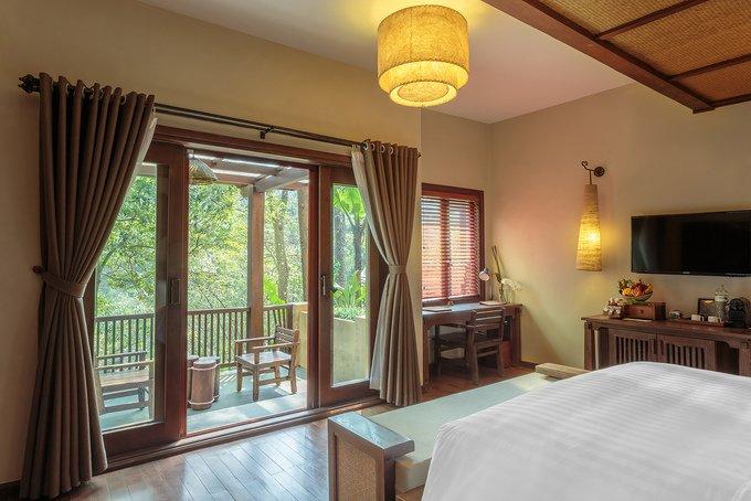 Dịch vụ lưu trú tại đây khá phát triển, đem lại cho du khách nhiều lựa chọn từ bình dân đến cao cấp. Khu nghỉ dưỡng Meliá Ba Vì là một trong những gợi ý, được xây dựng trên phế tích Pháp còn sót lại tại Cốt 600. Các căn phòng được bố trí xen lẫn giữa khu rừng.  Năm 2018, khu nghỉ này vinh dự nhận được giải Khách sạn ở nước ngoài tốt nhất (The best annual oversea hotel) do tạp chí Voyage của Trung Quốc trao tặng. Du khách đến đây có thể trải nghiệm dịch vụ spa, thưởng thức các món ăn Âu - Á hay dự lớp yoga giữa rừng vào buổi sớm.